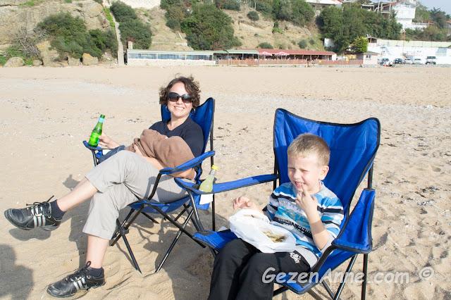 Riva plajında oğlum ve bebeğimle deniz sefası yaparken