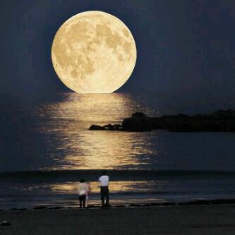 fenomena ini disebut lunar perigee atau supermoon waktunya yang bertepatan dengan purnama membuat bulan nampak lebih terang dan besar