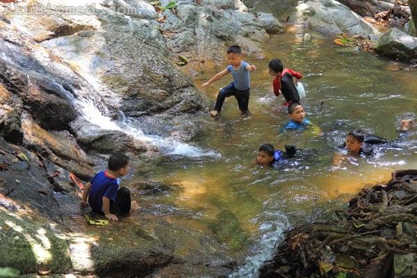 anak-anak bermandi air terjun di sungai kroh