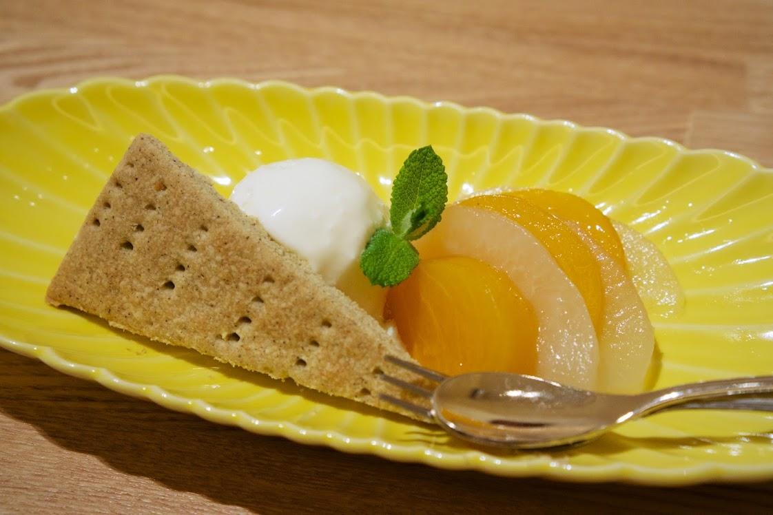 バニラアイスと旬果のコンポート そば焼き菓子付