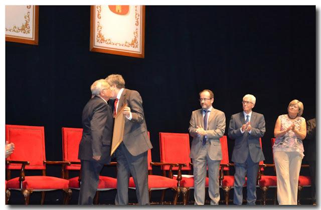 Recibe su diploma acreditativo de manos del alcalde, Francisco González Anguita.