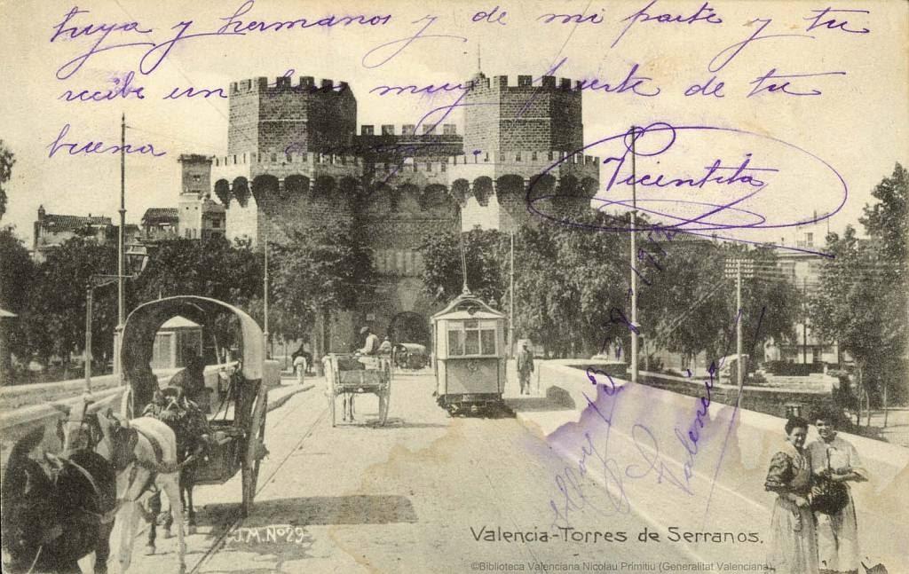 El puente de Serranos de Valencia con las Torres al fondo en una postal custodiada en la Biblioteca Valenciana Nicolau Primitiu.