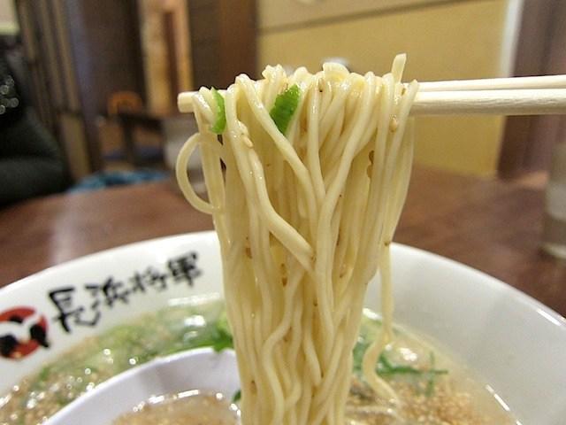 細麺ストレートでカタメンでワシワシ美味しく頂ける。
