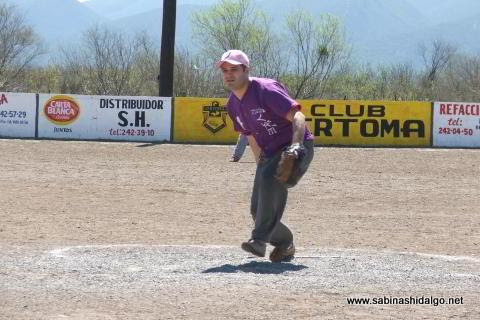 Pedro Gámez de Japoneses en el softbol del Club Sertoma