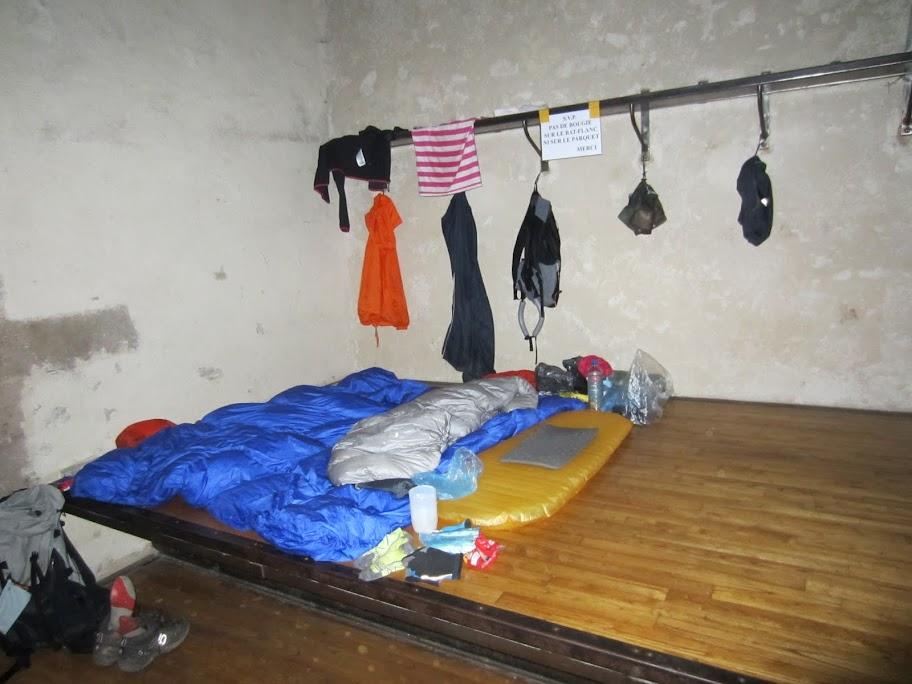 environ 16 personnes peuvent dormir sur les 2 estrades