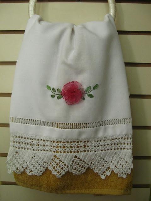 A mano toalla con rosa bordada en cintas y tejido a crochet - Secador de toallas ...