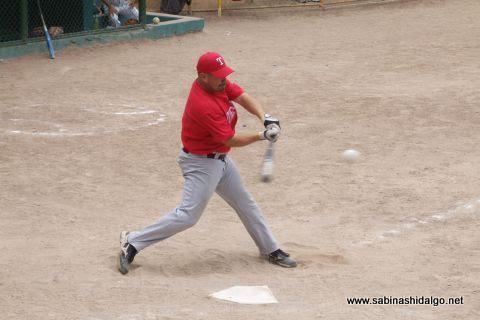 Ricardo Cárdenas de Tigres en el softbol dominical