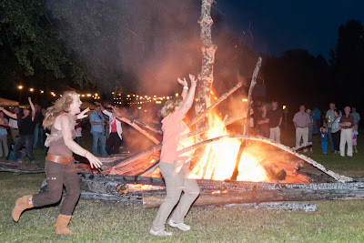 Tanz um das Johannisfeuer
