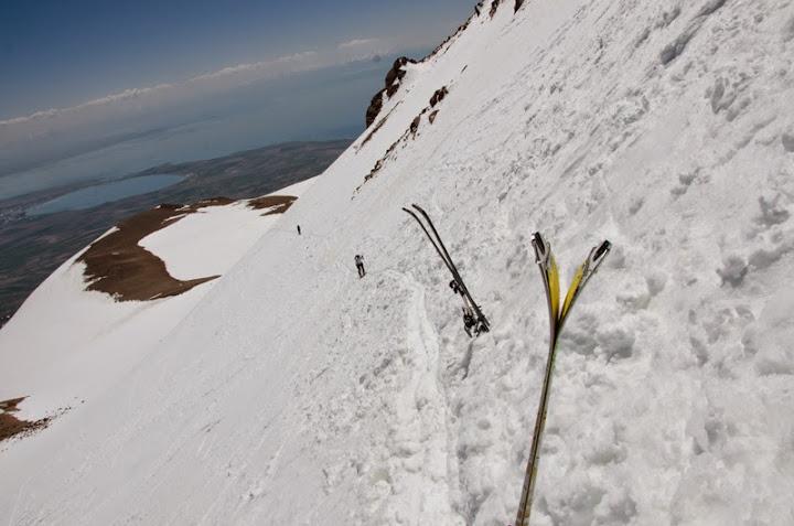 Aici ne-am pus skiuri in spate si pentru ~300 m