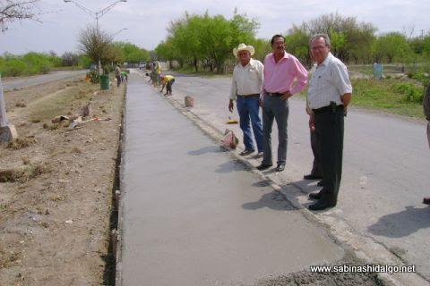 Autoridades supervisando la ampliación de andadores en la avenida Tenochtitlan