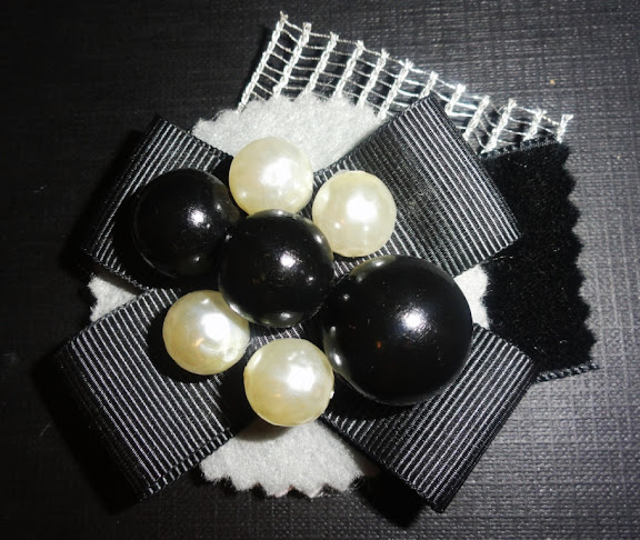 Black and white perls brooch / Broche Perlas blancas y negras :  black brooch ribbon perls