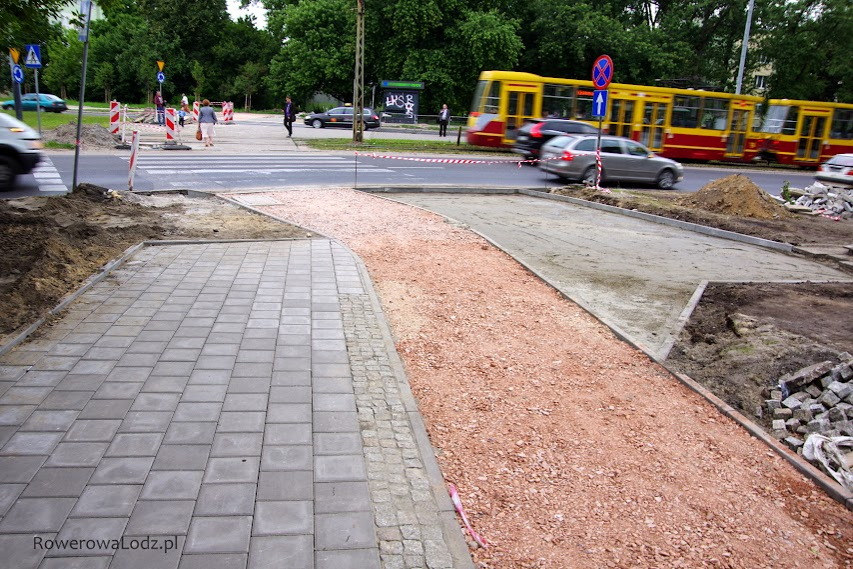 Dość dziwnie zapowiada się to przejście dla pieszych. Pieszy najpierw przechodzi przez przejście przez rowerówkę po to aby zaraz musiał przechodzić przez jezdnię.