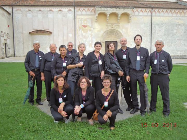 Coristi con il Duomo di Spilimbergo sullo sfondo