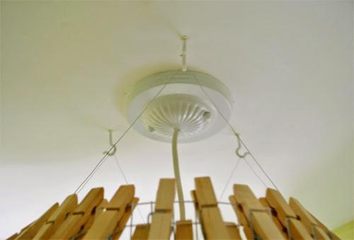 Fixe a luminária no teto
