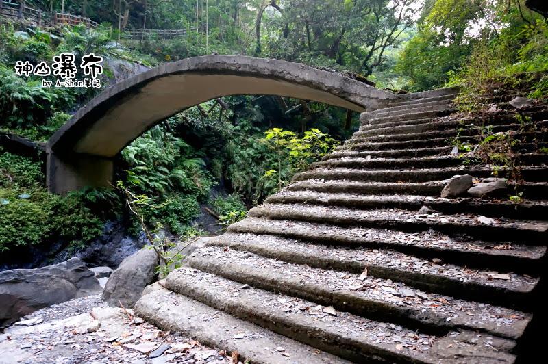 階梯上很多頁岩~為了神山瀑布
