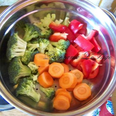 Łosoś z kus kus i warzywami na parze pomidory brokuły marchewka cebula czerwona zioła