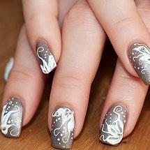 unhas decoradas com esmalte metálico prateado para o Réveillon