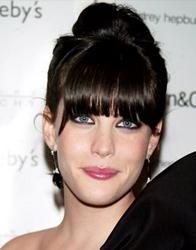 Liv Tyler, rosto comprido, de franja