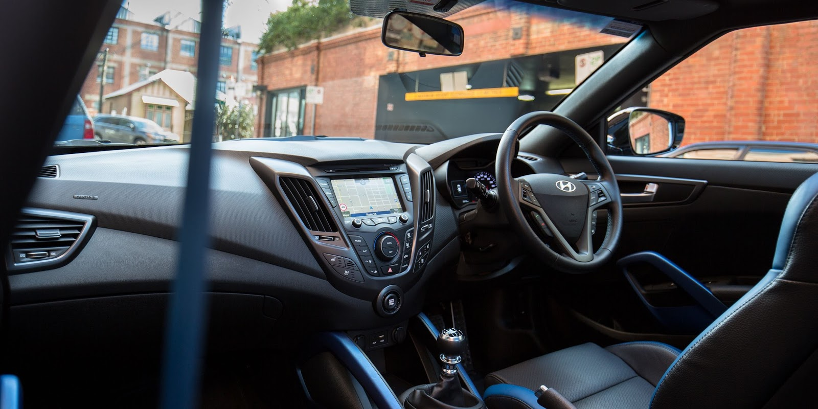 Nội thất của xe như một chiếc xe đua và có nhiều điểm hiện đại