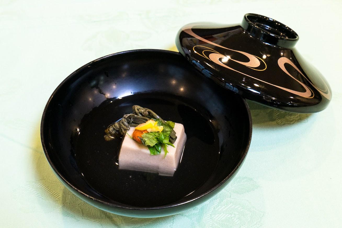 お椀:胡麻豆腐(ごまペーストを葛粉をいれて練り上げたもの)、わらび、クコの実、水菜、柚子の皮