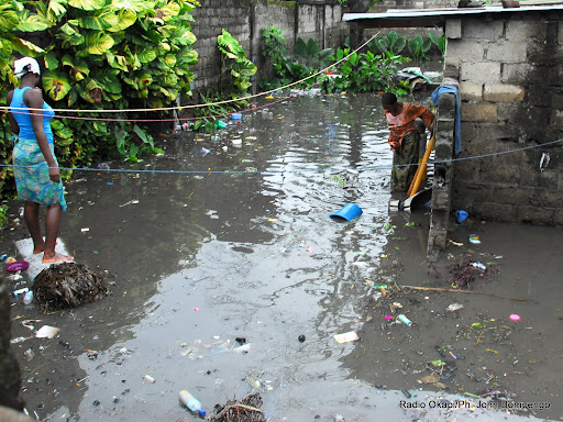 Des victimes de la pluie à Kinshasa. Radio Okapi/ Ph. John Bompengo