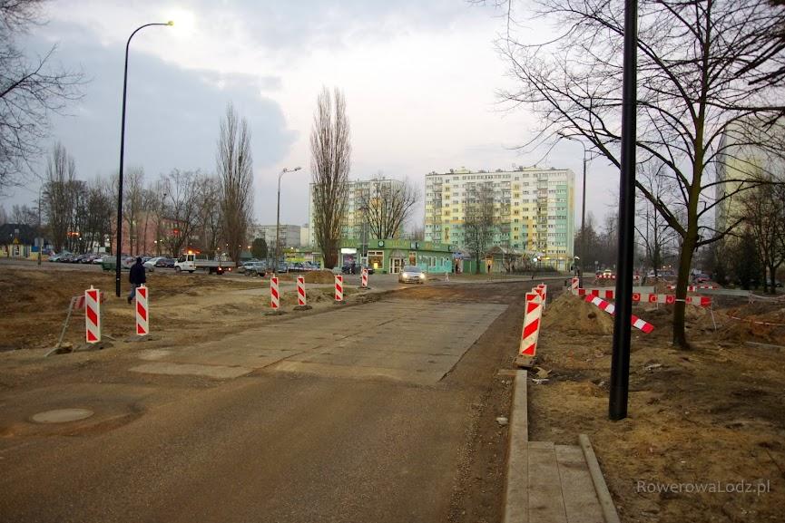 Przed skrzyżowaniem (przyszłym rondem) z ul. Rydzową.