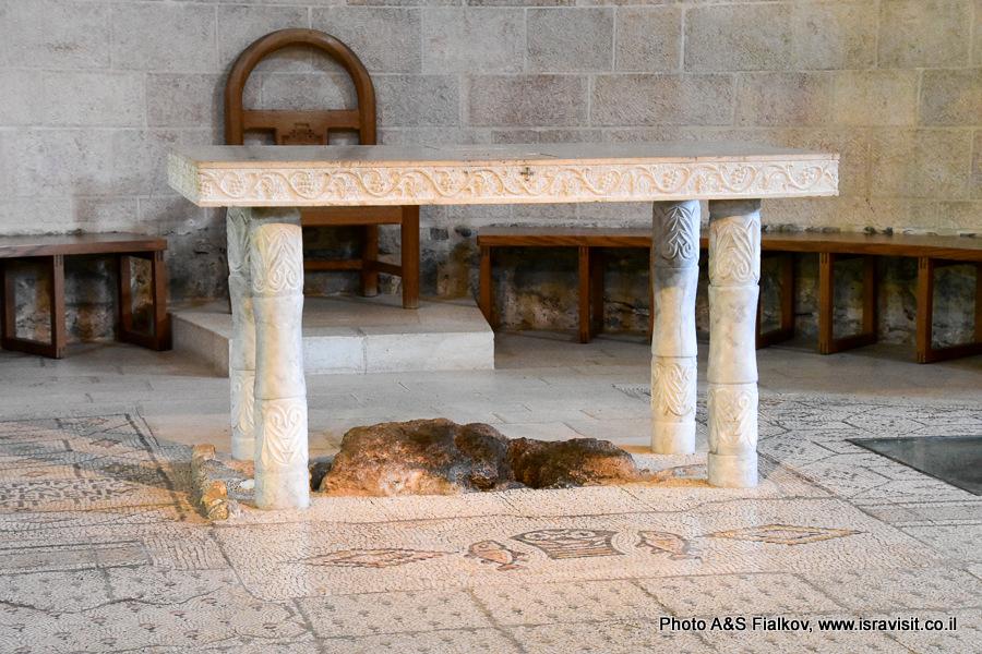 Священый камень первого чуда в церкви умножения хлебов и рыб в Табхе. Экскурсовод Светлана Фиалкова.