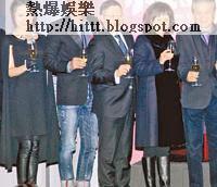 楊受成與嘉賓們在台上祝酒,場面熱鬧。左起:白冰、任達華、利雅博、陳婉珍、張德熙
