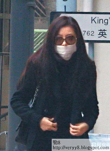 憔悴奔喪 <br><br>周一( 7日)約下午 4時許,戴上口罩的熊黛林與家人到達香港殯儀館為熊父設靈,她未有與家人交談,眉頭緊鎖。