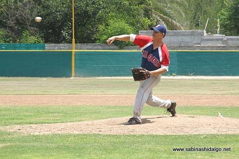 Román Serna lanzando por Yaquis en el beisbol municipal