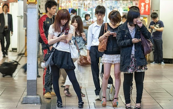 Jóvenes pegados al celular