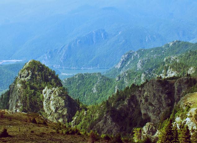 panorama valea oltului muntele cozia