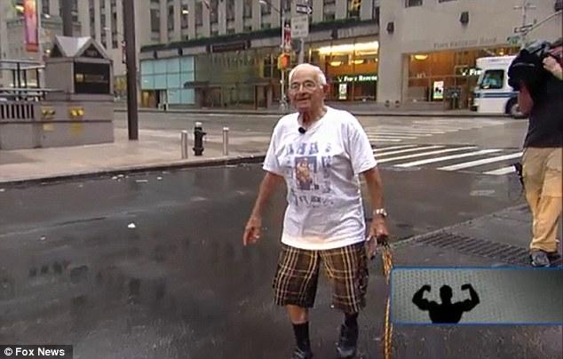 Aksi Kakek 91 Tahun Tarik Mobil Dengan Giginya