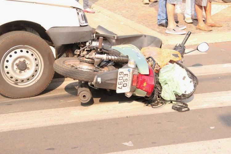 Carro e Moto se chocam na Avenida