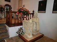 Estatua de don Juan de Ayala, a quien tradicionalmente se le cuentan los botones para tener suerte en el curso entrante.