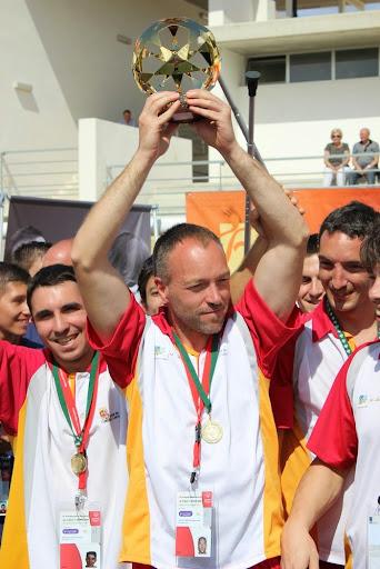 Miguel Ángel Sánchez, capitán de la selección de Castilla y León, celebra el triunfo junto a sus compañeros./ FECLEDMI