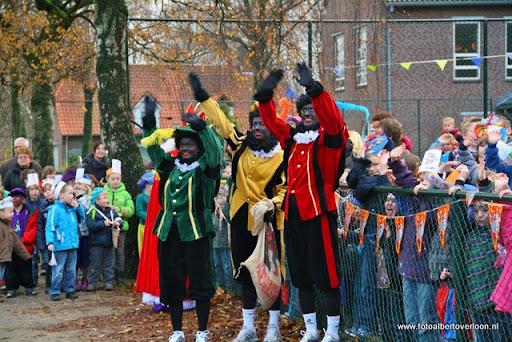 Sinterklaas komt aan bij Josefschool overloon 02-12-2011 (25).JPG