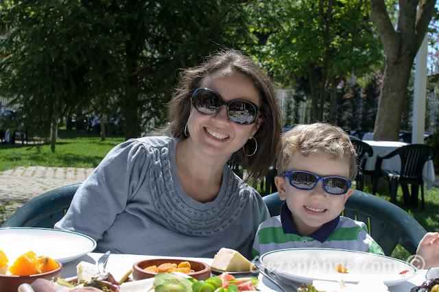 Cumhuriyetköy'deki Beyaz Bahçe'de kahvaltı masasında