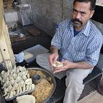 Un vendeur de samosa prépare sa cuisine, Delhi