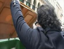 قطري يرمي أجهزة الآيفون في القمامة
