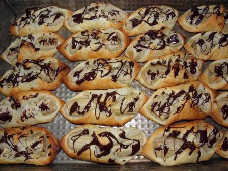 ciasto francuskie z bananami i czekoladą