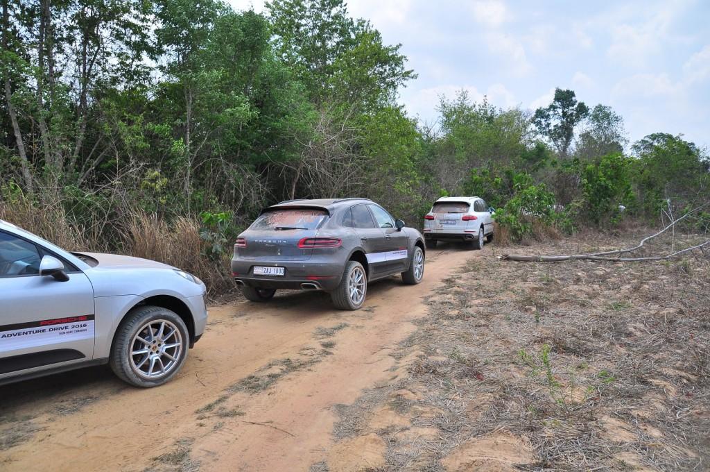 Ngoài hành trình đến đến Angkor, các nhà báo còn được hướng dẫn lái xe, tập lái offroad an toàn