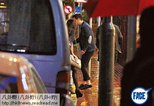 護送上車 <br><br>兩男好有風度,讓女友及老婆上車後才登車,落少少雨好閒啫。