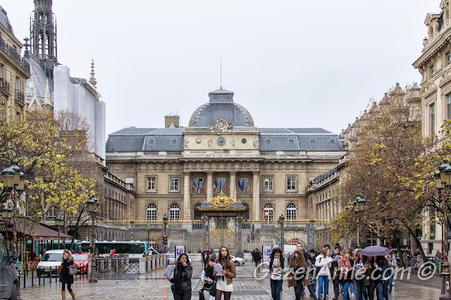 müzeleri dolaşan Paris'li gençler