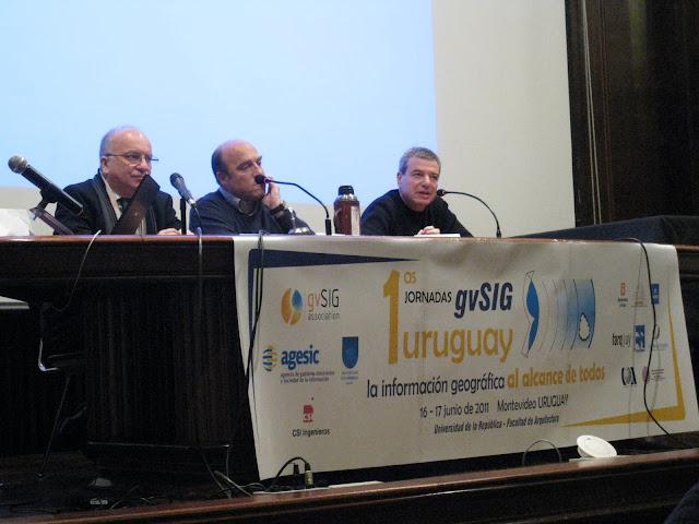 mesa de apertura; de izq. a der.: José Clastornik (Director AGESIC), Daniel Martínez (Senador de la República), Gustavo Scheps (Decano Fac. Arquitectura)