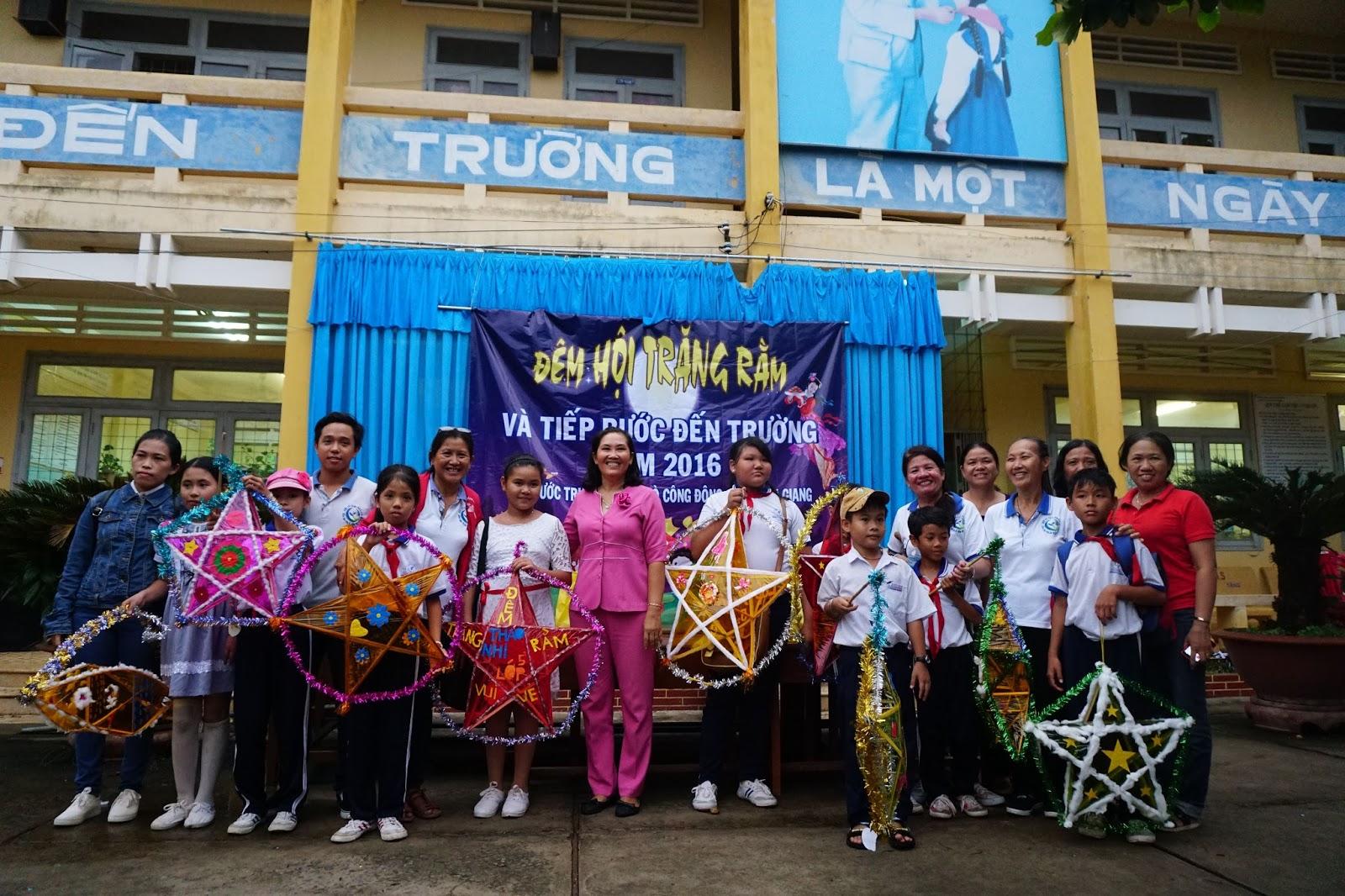 Đoàn chụp hình lưu niệm cùng thầy cô trường Phước Trung 2