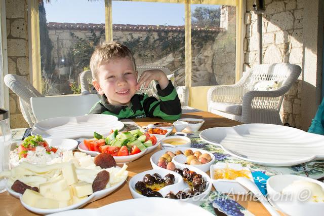 güzel kahvaltımızı ederken, Asma Han otel Alaçatı Çeşme İzmir