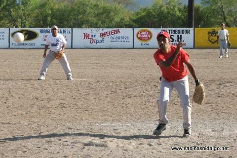 Roberto González lanzando por Los H de Vallecillo en el softbol del Club Sertoma
