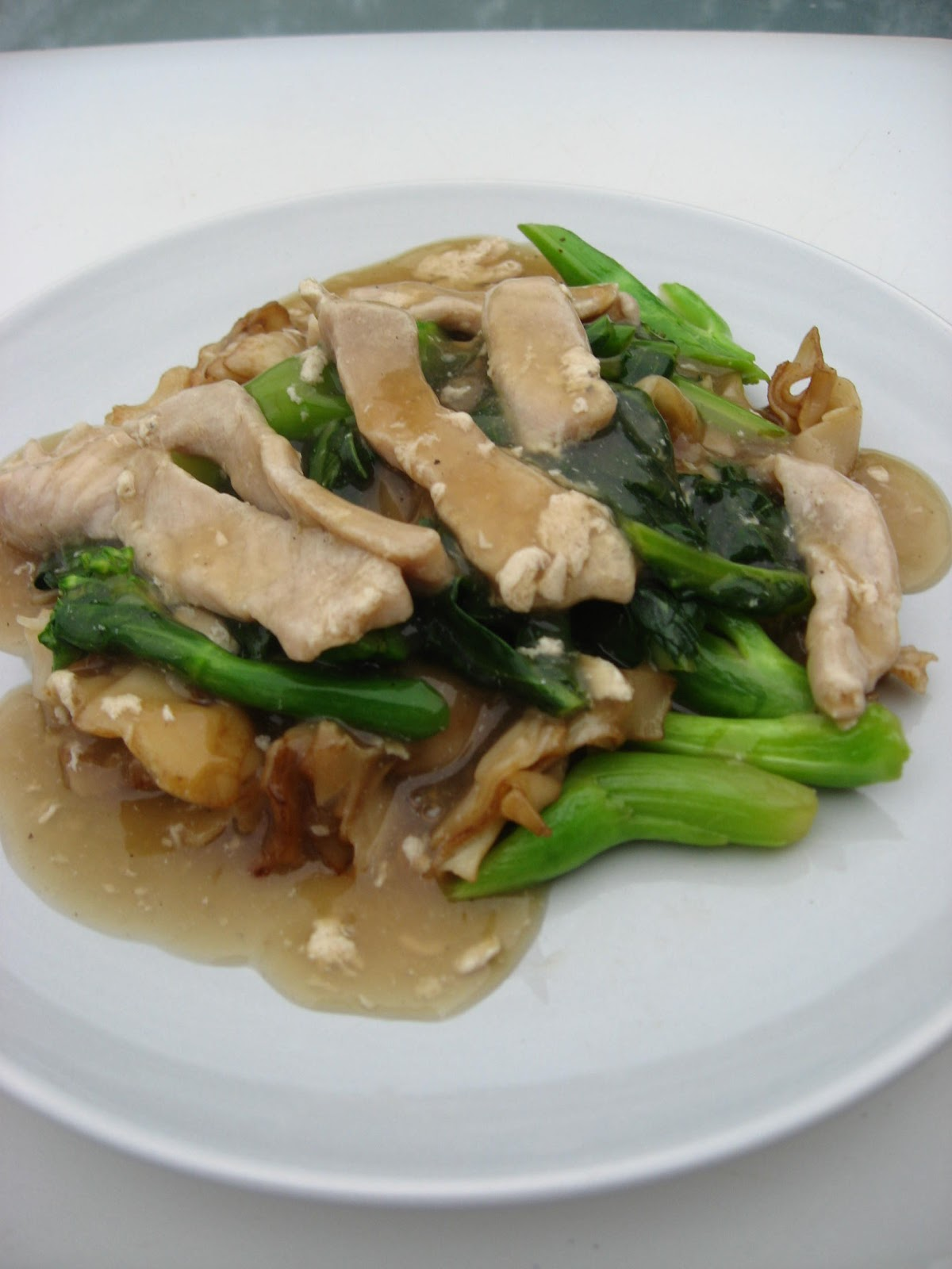 rad na : stir fried wide rice noodle with pork gravy sauce and Chinese ...