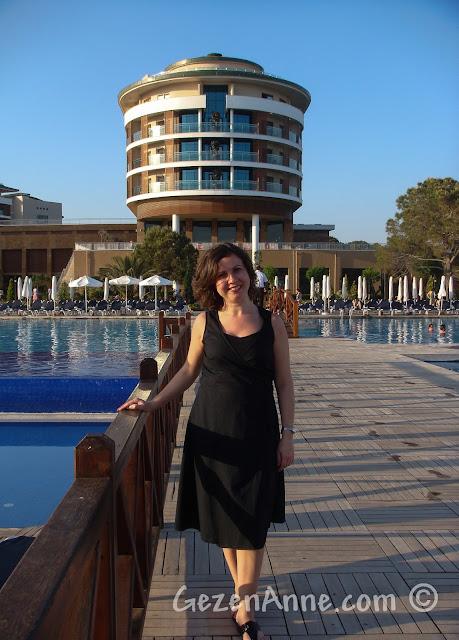 Voyage Belek'te havuzun önünde, köprü üzerinde